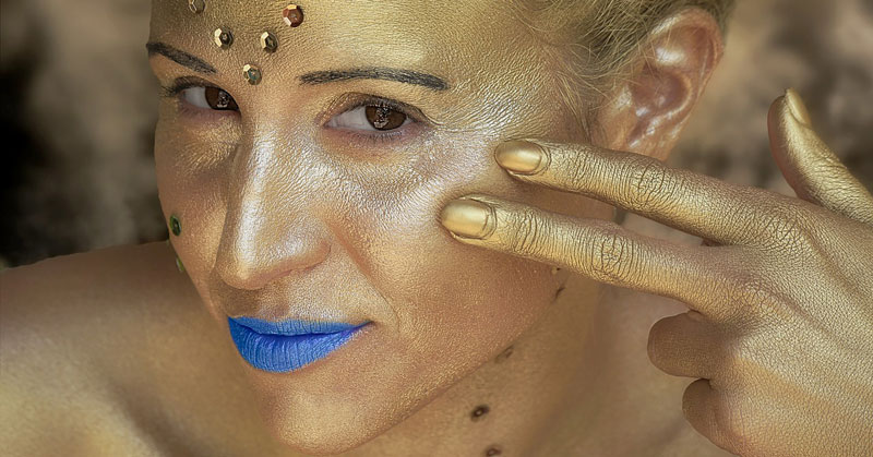 zatezanje lica zlatnim nitima