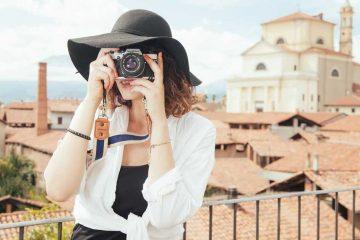 devojka-grad-fotoaparat